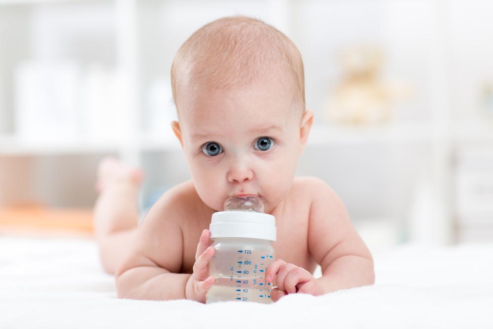 Wasservergiftung: Zu viel Wasser kann Babys gefährden